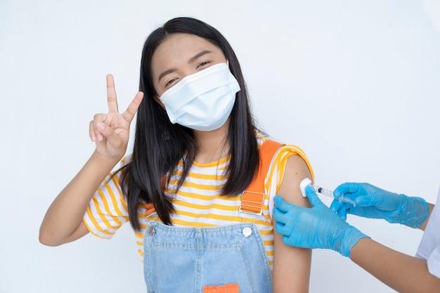 Jovem, tomando a vacina. virus protection.on fundo branco.