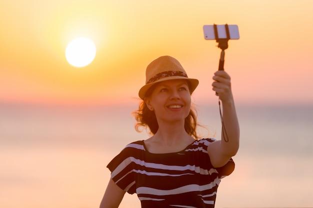 Jovem, tomando, auto-foto, vista mar