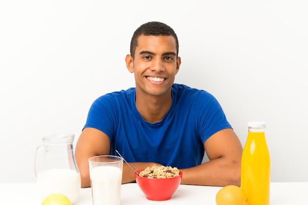 Jovem tomando café da manhã em uma mesa