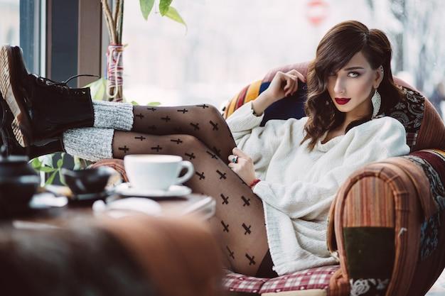 Jovem tomando café em um café da moda