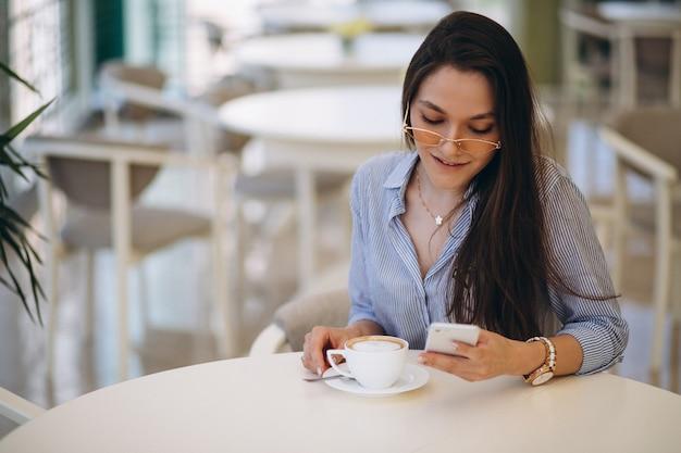 Jovem tomando chá em um café