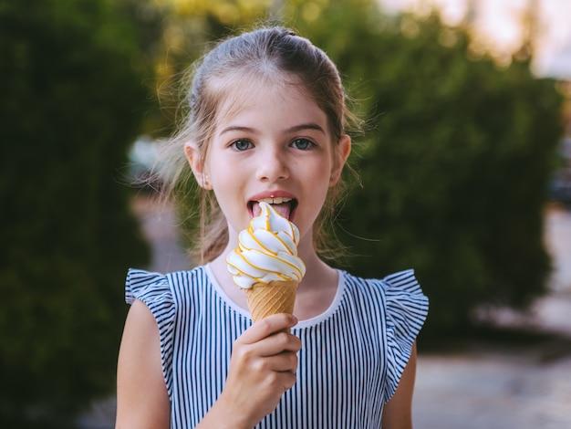 Jovem tomando sorvete