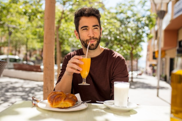 Jovem tomando um café da manhã
