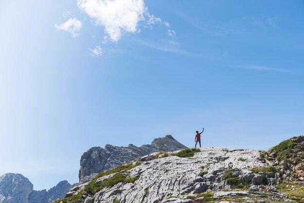 Jovem tomando uma selfie no topo da montanha