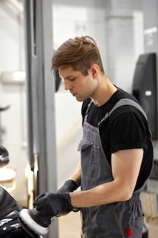 Jovem trabalhador caucasiano de serviço de carro profissional