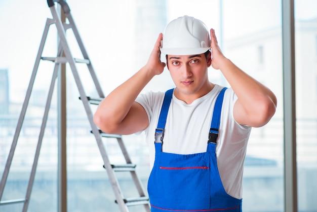 Jovem trabalhador com capacete de segurança capacete de segurança
