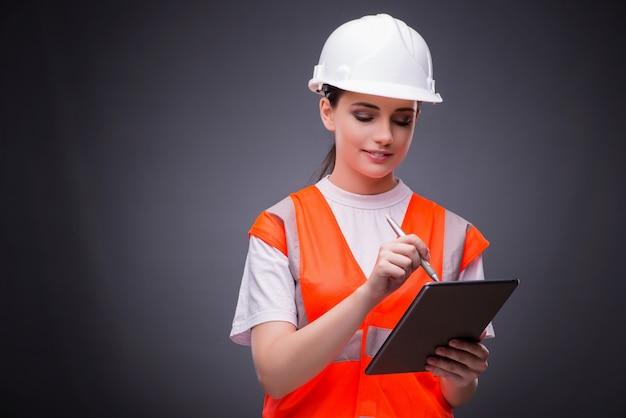 Jovem, trabalhador construção, com, tabuleta, computador