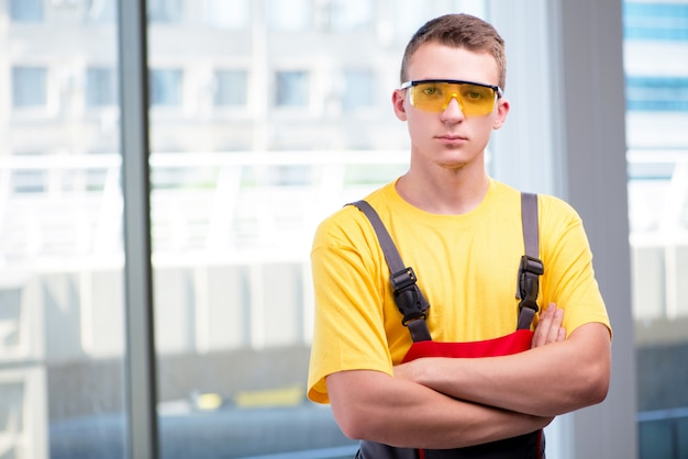 Jovem, trabalhador construção, em, amarela, coveralls