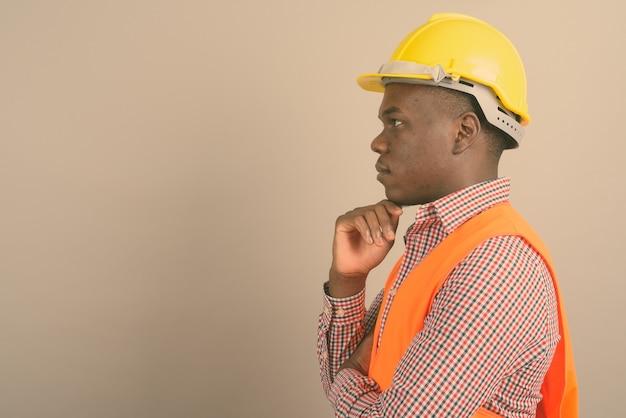 Jovem trabalhador da construção civil africano