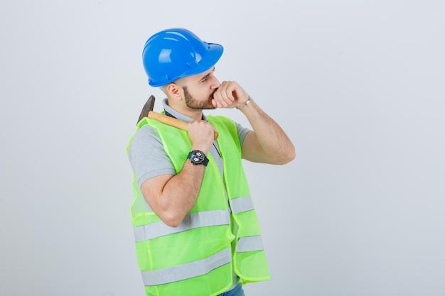 Jovem trabalhador da construção civil usando um capacete de segurança