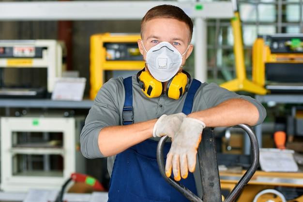 Jovem trabalhador em máscara protetora