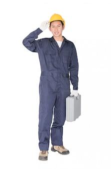 Jovem trabalhador manual em pé com sua caixa de ferramentas