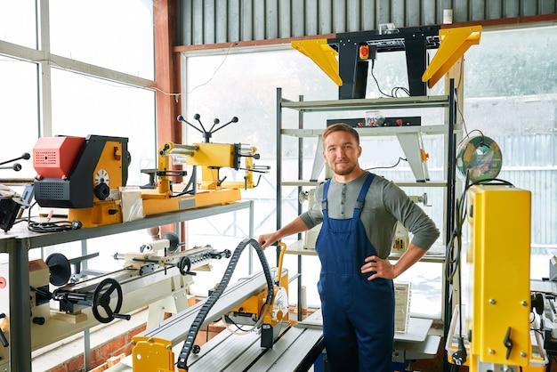 Jovem trabalhador posando na fábrica