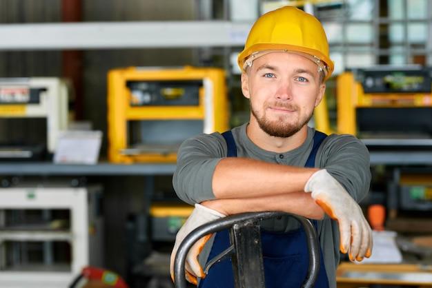 Jovem trabalhador sorrindo para a câmera