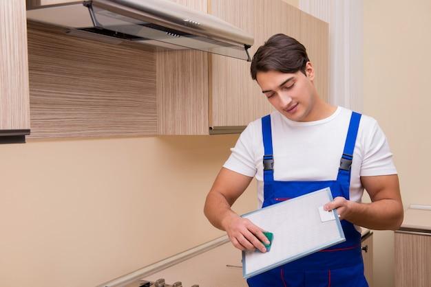 Jovem trabalhando com equipamentos de cozinha