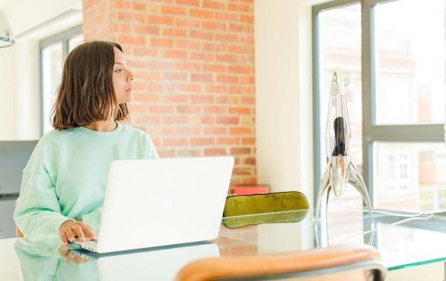 Jovem trabalhando com um laptop