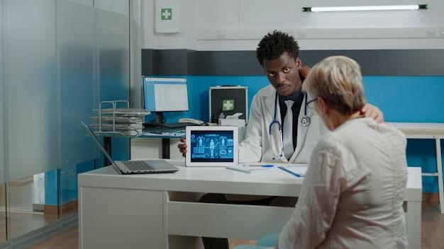 Jovem trabalhando como médico mostrando análise virtual