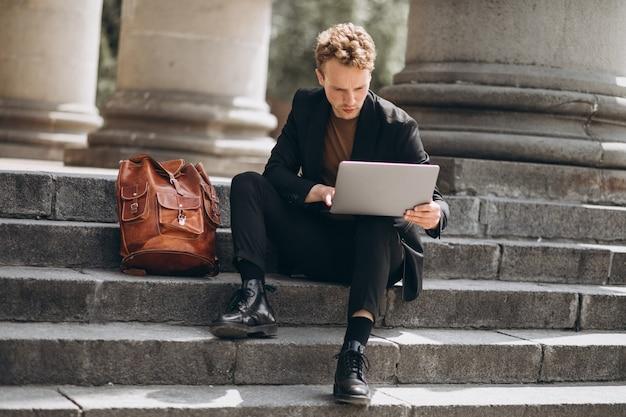 Jovem, trabalhando, computador, universidade