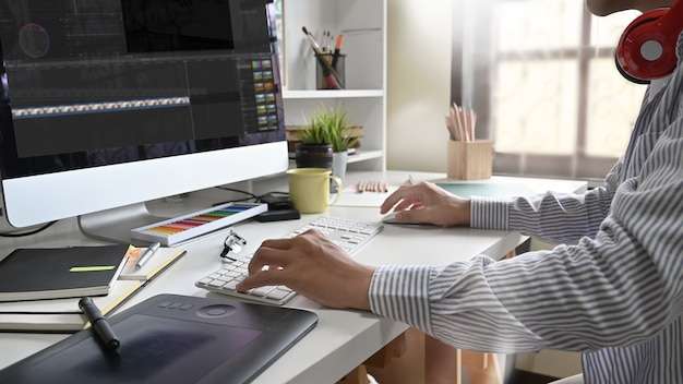 Jovem trabalhando edição de vídeo freelance