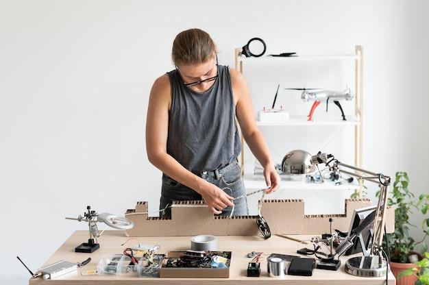 Jovem trabalhando em sua oficina para uma invenção criativa