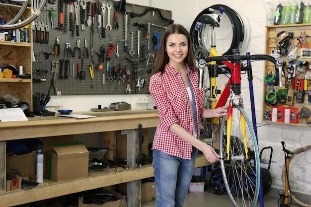 Jovem trabalhando em uma oficina de bicicletas