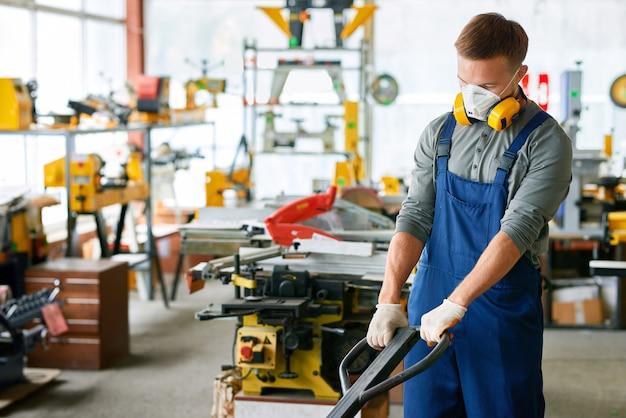 Jovem trabalhando na fábrica
