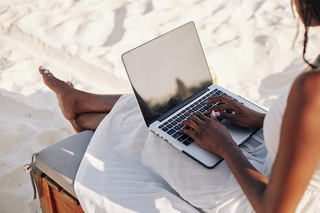 Jovem trabalhando remotamente