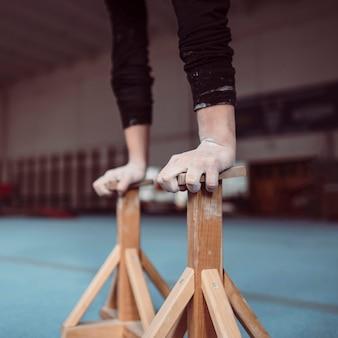 Jovem treinando com peças de madeira