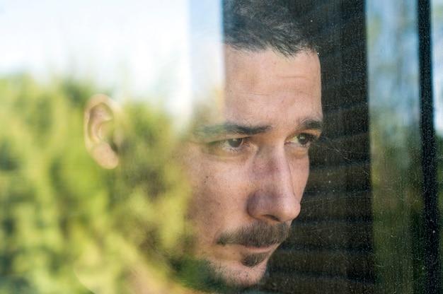 Jovem, triste, homem, com, bigode, atrás de, a, vidro, em, depressão