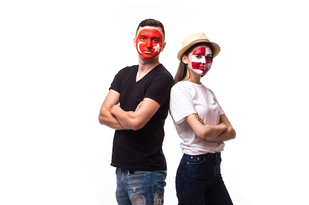 Jovem tunísia e torcedor croata isolado na parede branca
