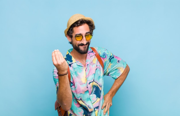 Jovem turista barbudo fazendo gesto