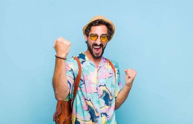 Jovem turista barbudo gritando triunfantemente