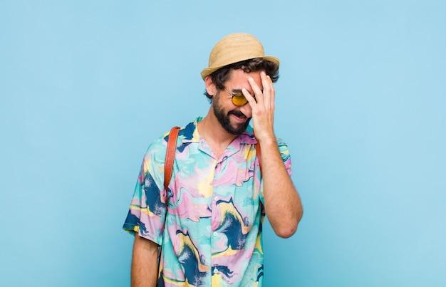 """Jovem turista barbudo rindo e batendo na testa como se dissesse dã ¢ â € âšãƒâ """"ãƒâ´oh! eu esqueci ou isso foi um erro estúpido"""