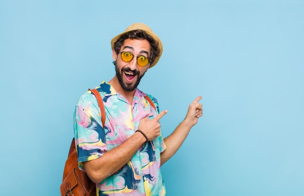Jovem turista barbudo sentindo-se alegre e surpreso