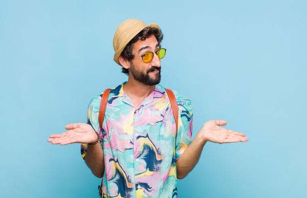 Jovem turista barbudo sentindo-se perplexo e confuso, inseguro quanto à resposta ou decisão correta, tentando fazer uma escolha