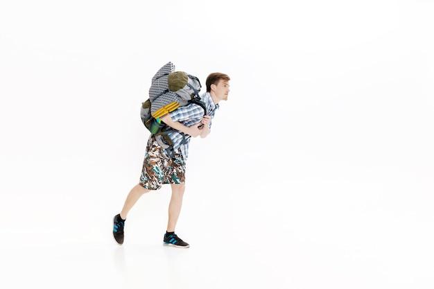Jovem turista com mochila correndo em fundo branco, alpinista estava atrasado