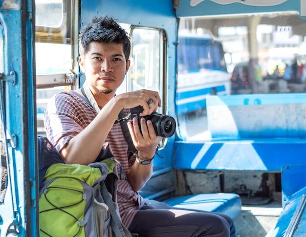 Jovem turista com mochila viajar de ônibus local na tailândia.