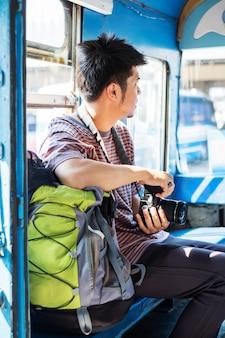 Jovem turista com mochila viajar de ônibus local
