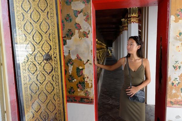 Jovem turista explorando a cidade de bangkok