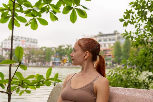 Jovem turista no lago no verão