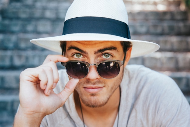 Jovem turista posando com óculos de sol Foto Premium