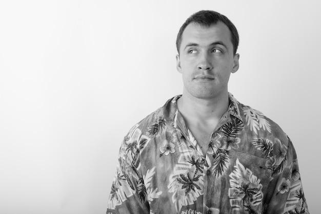 Jovem turista vestindo camisa havaiana pronta para as férias. foto preto e branco