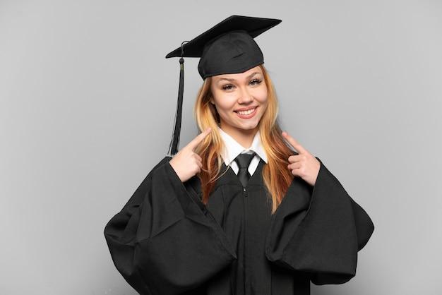 Jovem universitária em um fundo isolado fazendo um gesto de polegar para cima