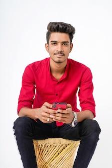 Jovem universitário indiano mostrando multi expressão