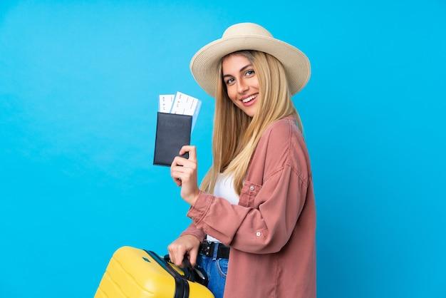 Jovem uruguaia em férias com mala e passaporte