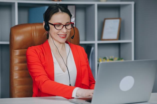 Jovem usa fone de ouvido conferência chamando no laptop