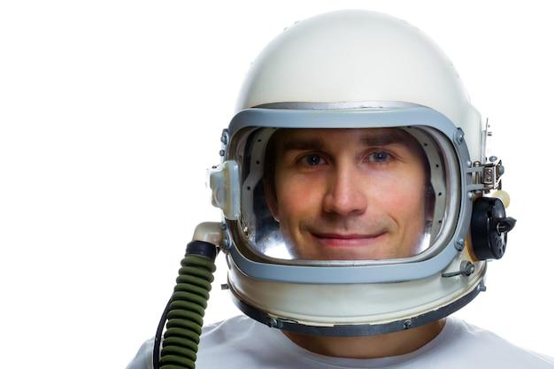 Jovem usando capacete espacial vintage isolado em um fundo branco. sonhando com o conceito de espaço