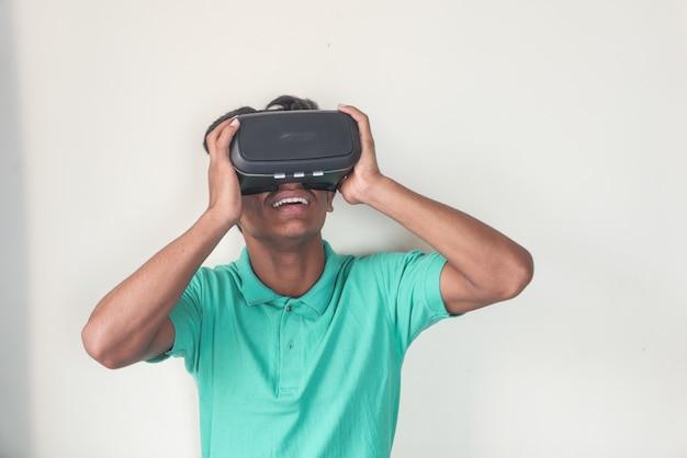 Jovem usando fone de ouvido de realidade virtual, caixa de vr,