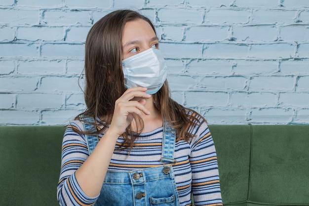 Jovem usando máscara facial para prevenir o vírus macabro