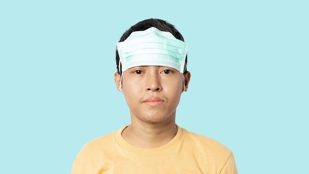 Jovem usando máscara médica errada. usar uma máscara médica não protege de covid-19.